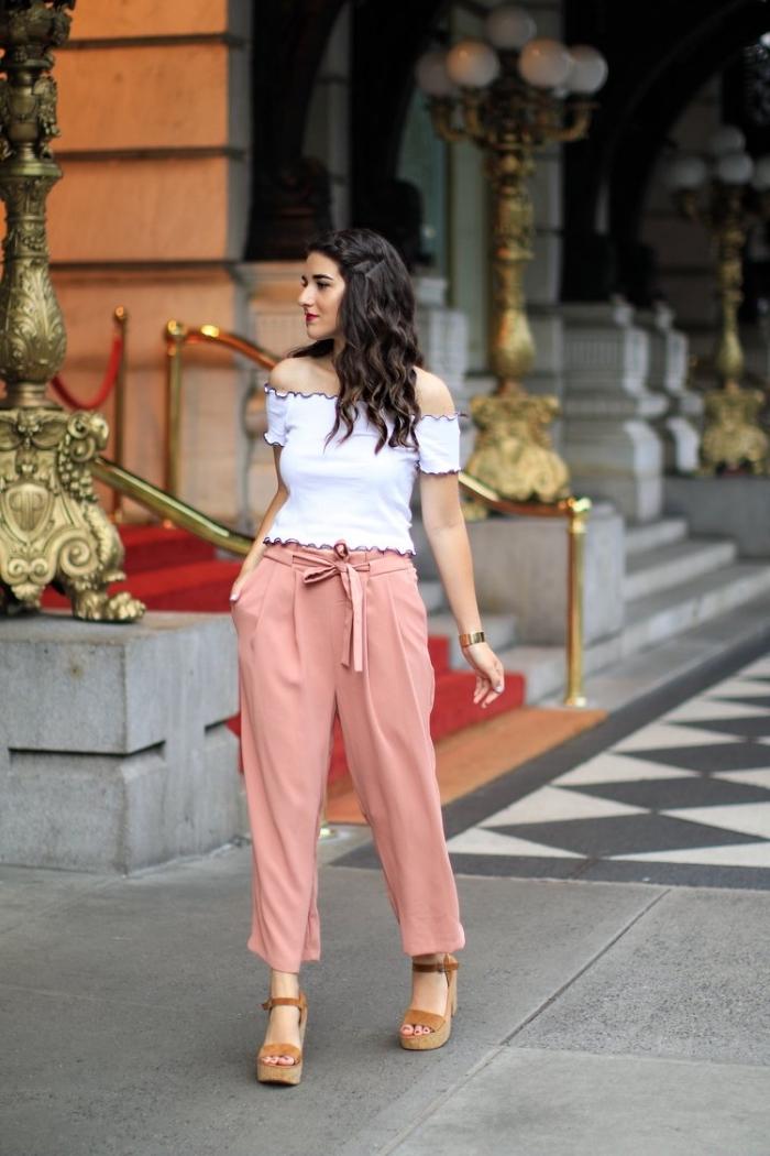 exemple de pantalon fluide femme de couleur rose pastel avec top blanc aux épaules dénudés et sandales beige