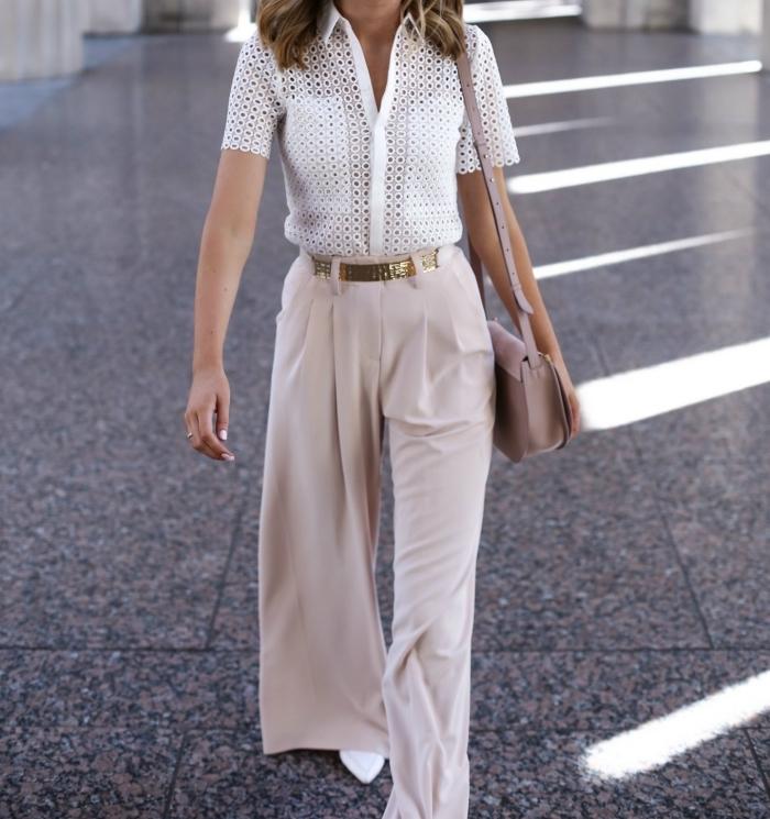 look élégant en pantalon fluide taille haute de couleur beige et top blanc à design transparent avec chaussures blanches
