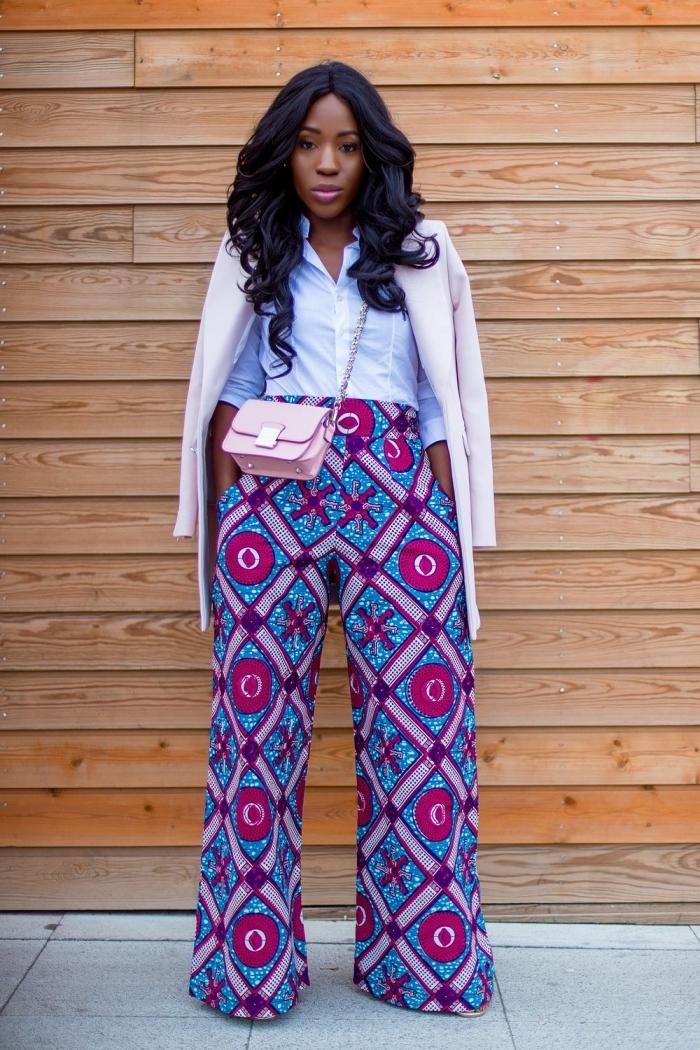 comment porter le motif africain au bureau, un pantalon large à taille haute en wax assorti avec une chemise blanche et un blazer rose pâle