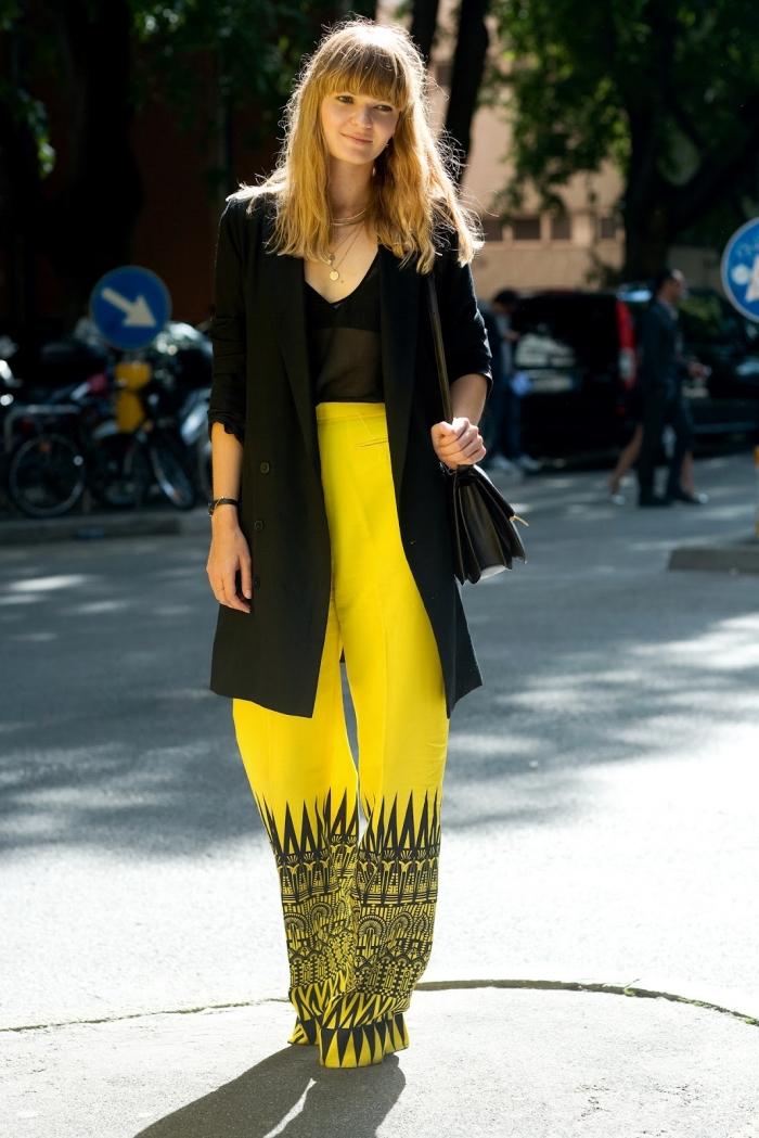 tenue en pantalon fluide femme habillé de couleur jaune avec décoration aux motifs géométriques en noir et blazer large