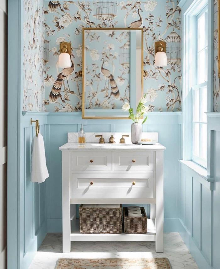 salle de bains campagne chic en bleu ciel décorée avec du papier peint au-dessous du soubassement