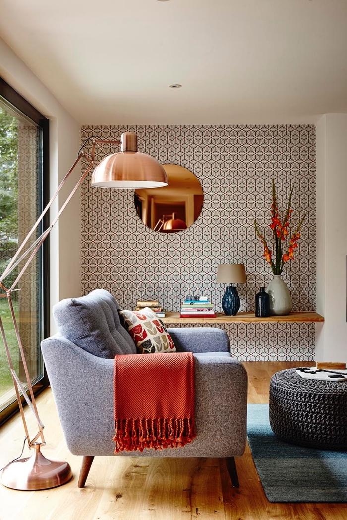 idée déco papier peint salon à motif graphique vintage posé sur un pan de mur pour délimiter le coin lecture