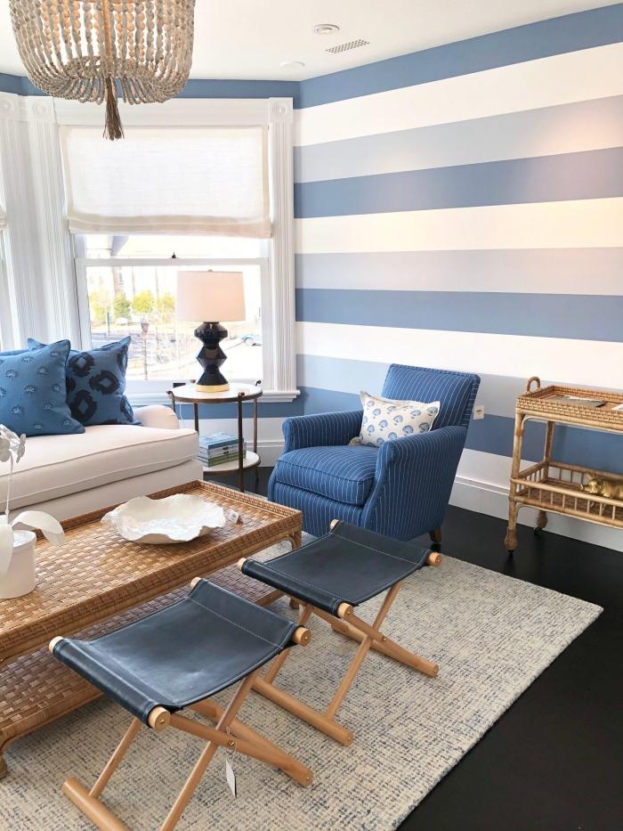 comment décorer avec le bleu marine couleur et ses tonalités, ambiance bord de mer dans un salon blanc et bleu aux accents naturels