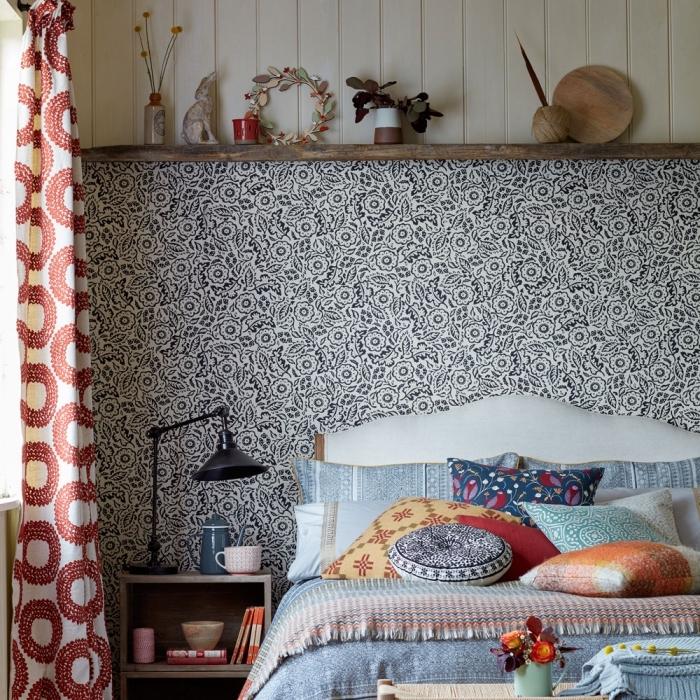 lé unique de papier peint tete de lit avec espace rangement au-dessus du lit qui s'harmonise avec l'ambiance ethnique vintage et bohème chic de la chambre à coucher