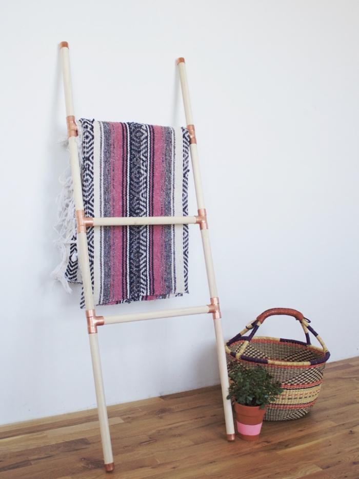 idée meuble de rangement originale pour chambre ado moderne avec une échelle DIY en bois peint blanc et finitions cuivre