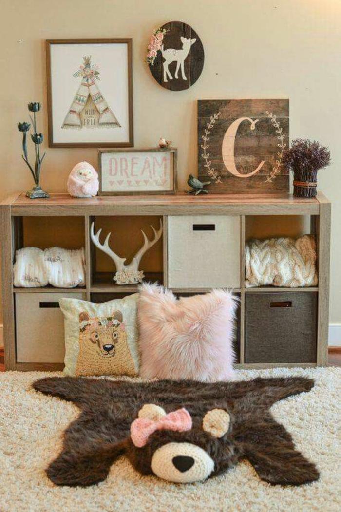 chambre montessori aux murs jaune citron, meuble de rangement en marron clair, tableau au cadre marron, panneaux décoratifs ronds et carrés