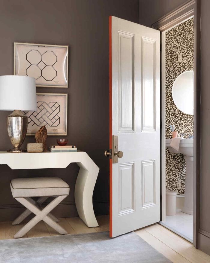 une manière originale de mettre en valeur la porte de chambre en mettant une bande de couleur sur la tranche