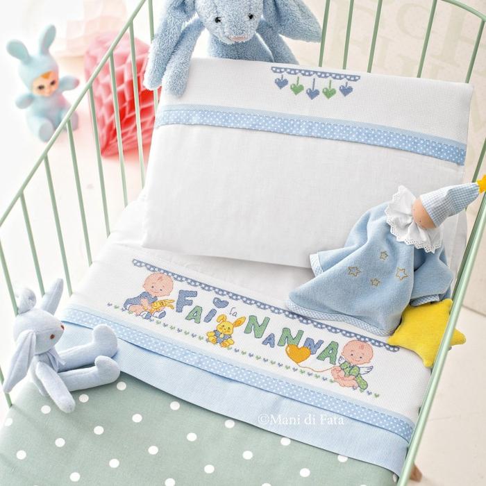 relooking meuble avant après, linge de lit en blanc et bleu pastel, barreaux en métal peint en vert réséda, lapinous en peluche en bleu pastel, poupée lapine, inscription sur la couverture Fais dodo