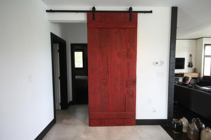 peindre un meuble, customiser un meuble, porte coulissante en bois couleur cerise, carrelage couleur ivoire, meuble relooké