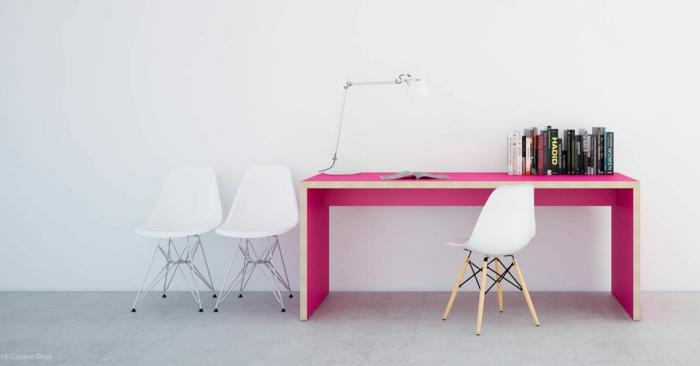 un meuble en bois en couleur fuchsia, table, bureau en forme rectangulaire, trois fauteuils en plastique blanche, un fauteuil aux pieds en bois clair, un fauteuil aux pieds en métal clair