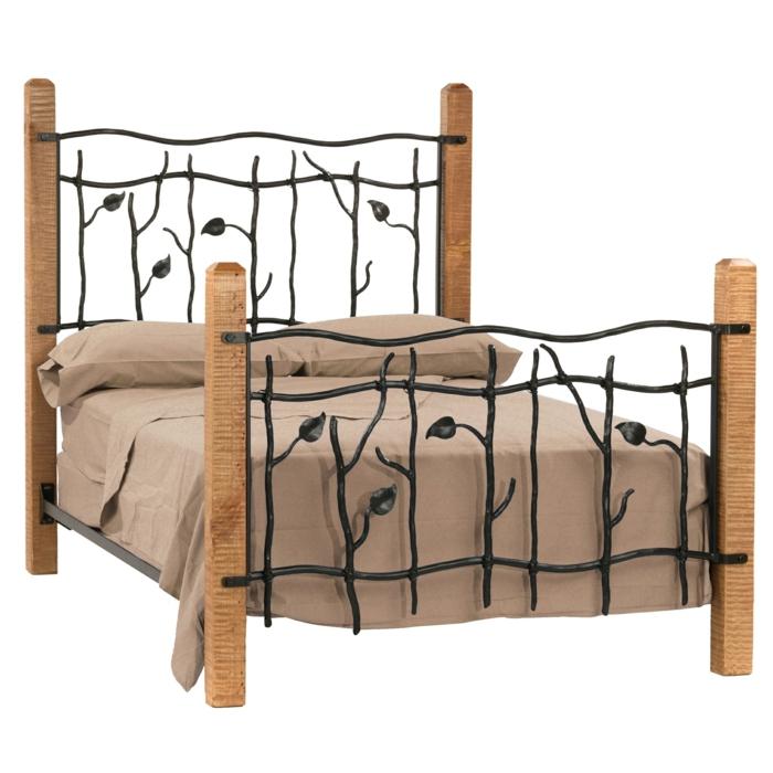 un meuble en bois, lit en fer forgé avec des motifs d'arbustes, feuillages et fleurs sur la tete du lit, linge de lit en marron clair, moderniser meuble ancien