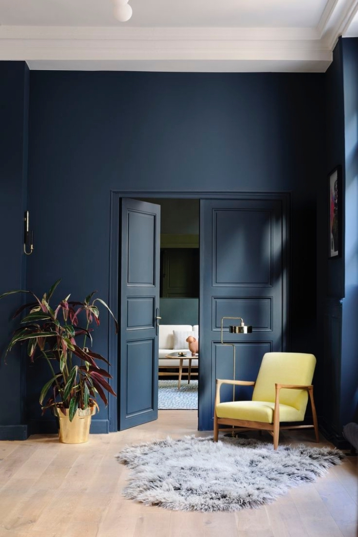le bleu marine en total look adopté sur les murs et la porte pour créer une sensation de profondeur, le fond bleu foncé apporte de la profondeur de l'espace