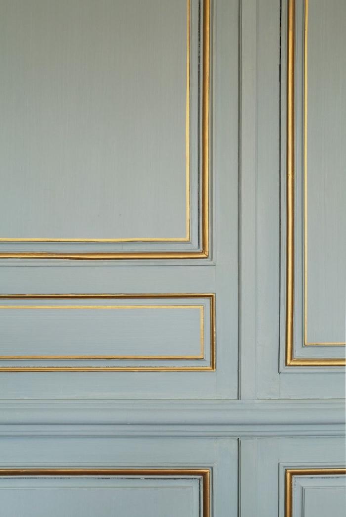 des bandes de peinture dorée pour rehausser l'élégance de la moulure porte ancienne, projet de relooking à bas coût