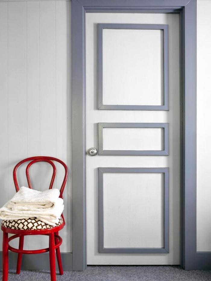 une porte d'intérieur à moulures et encadrement contrastant peints en gris, moulure porte décorative pour changer le look d'une porte isoplane
