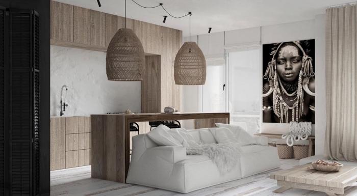 déco de style africain dans un studio aux murs blancs avec parquet bois blanc et meubles de bois clairs, modèle canapé blanc couvert de plaid faux fur