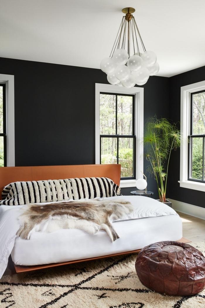 chambre adulte deco moderne de style bohème chic avec peinture murale en noir et plafond blanc, grand lit à cadre marron