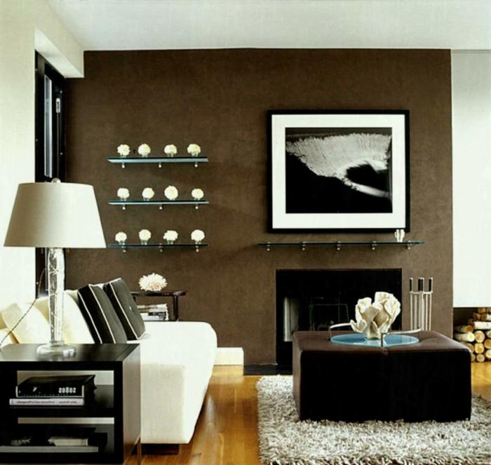 séjour avec un mur wengé, cadre photo monochrome, sofa blanc, tapis blanc