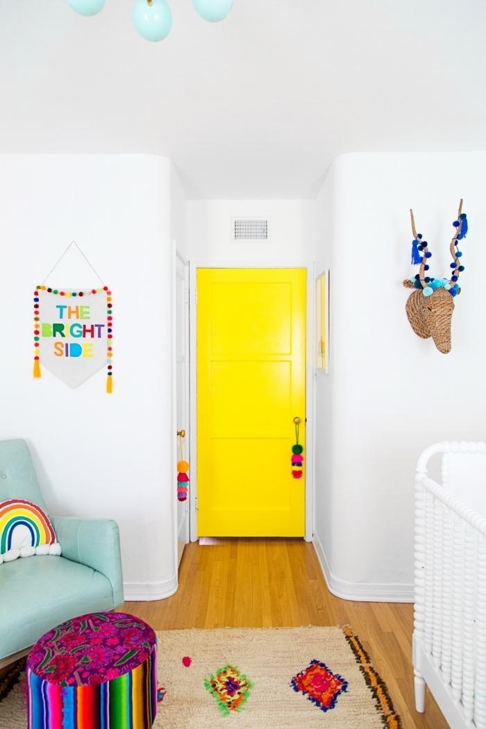 une porte de chambre d'enfant peinte en jaune fluo qui s'harmonise avec la déco bohème chic colorée