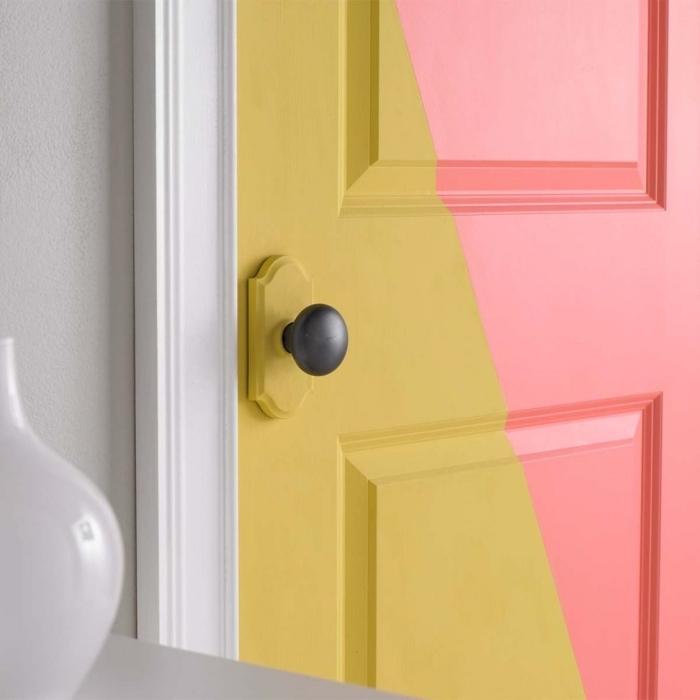decoration de porte facile et originale, peindre une porte en bois à moitié pour un joli effet graphique et coloré