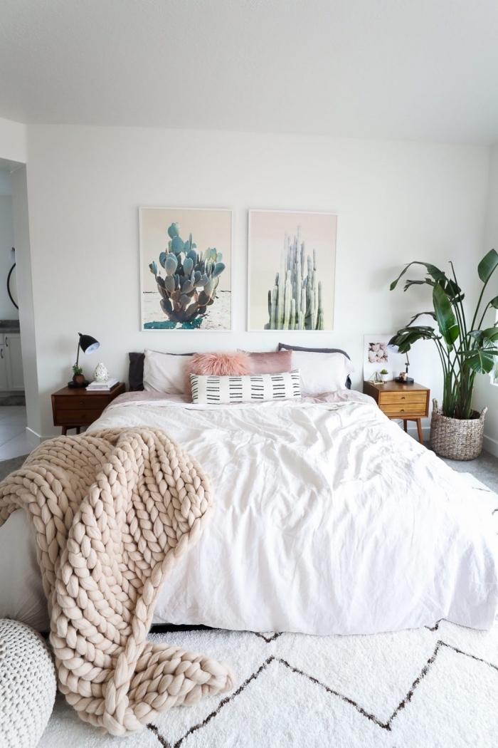 déco de style boho chic avec peinture à design cactus et plantes vertes, déco de lit avec plaid et coussins