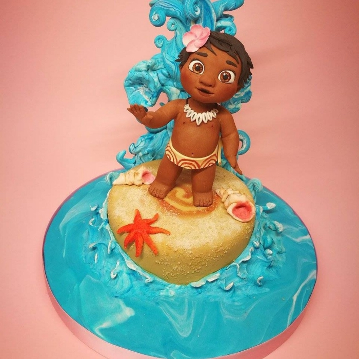 idée quel gâteau préparer pour anniversaire enfant sur le thème Disney, modèle de gâteau à design océan et sable avec figurine bébé vaiana