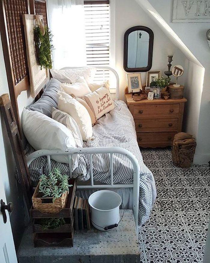 Amenagement petite chambre adulte, deco chambre moderne, idée de décoration, lit en fer, miroir et commode bien rangé