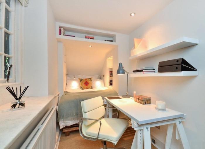 Chambre 12m2, deco chambre mansardée, idee deco petite chambre ado, chambre étudiant, aménagement avec un lit jetable, bureau avec lampe et étagères