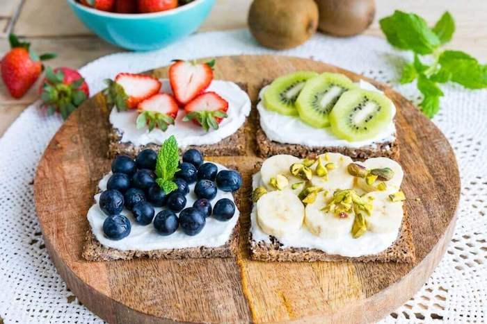 exemples de petit déjeuner régime riche en protéines, tartines de ricotta avec topping de fruits frais