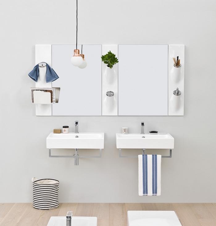 idée meuble de rangement miroir pour optimiser espace limité dans une petite salle de bain blanche au plancher imitation bois