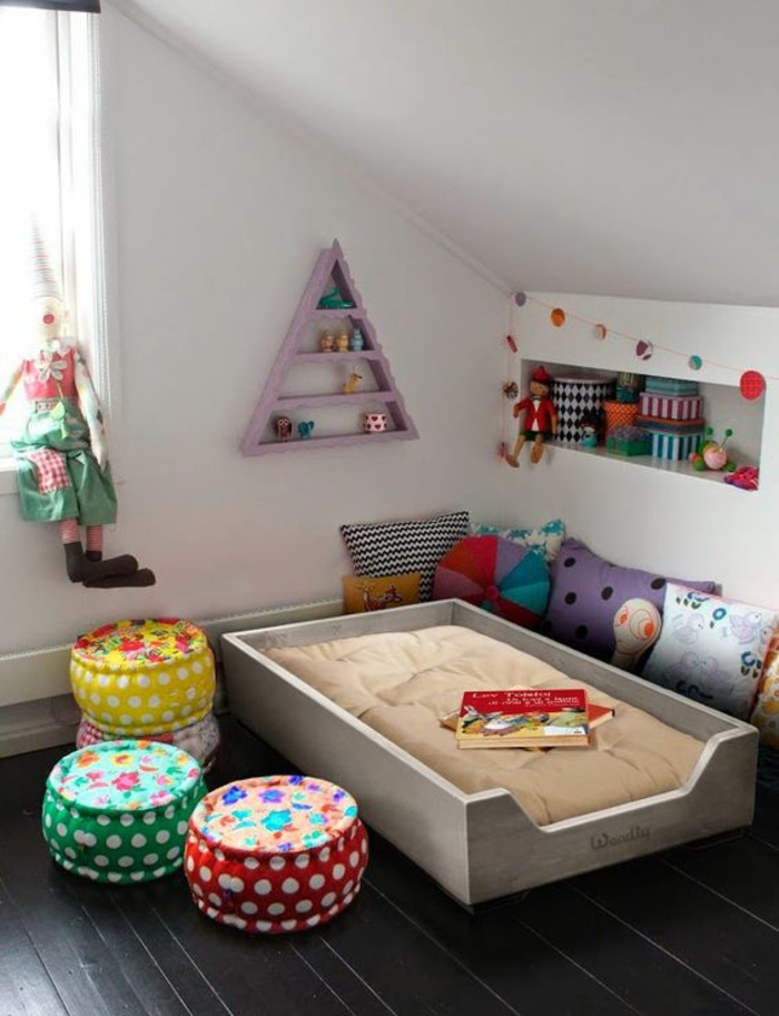 chambre montessori, lit montessori, cabane enfant lit, pièce sous les combles, grande fenêtre avec clown en tissus colorés taille grande