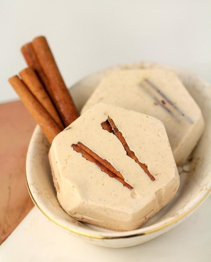 petit savon à la cannelle et beurre de karité, cadeau noel a faire soi meme, savon diy aux ingredients naturels