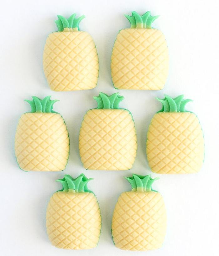 savon fait main en forme d ananas dans un moule ananas couleur verte et jaune, diy facile et rapide