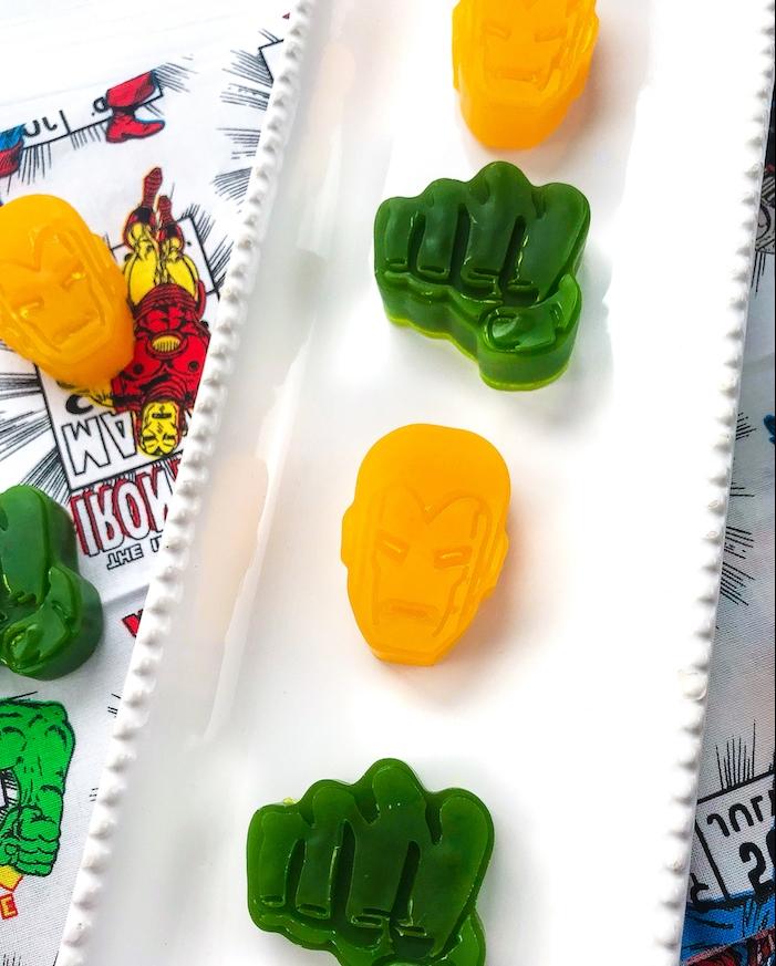 fabriquer du savon à motif hulk et iron man dans un moule spécifique, activité manuelle enfant, ado