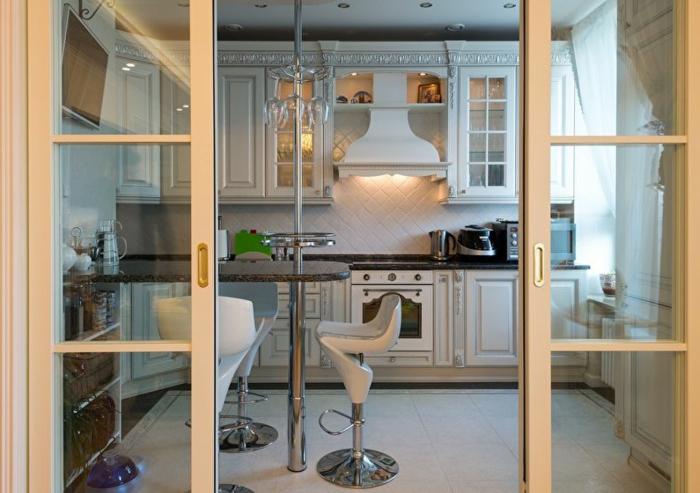 cuisine blanche séparée de l'intérieur avec une verriere interieure coulissante, intérieur style country en blanc