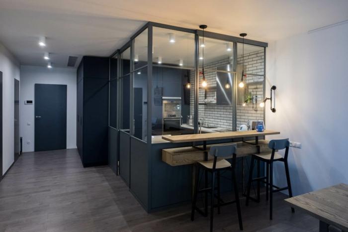 intérieur design industriel, porte verriere coulissante, mur de cuisine en briques blanches, bar suspendu en bois avec chaises hautes en bois et fer