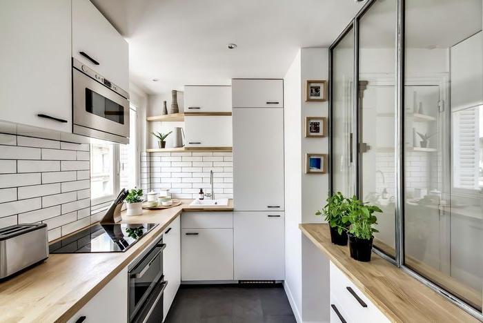 petite cuisine scandinave, cloison verriere eur un mur en mi-hauteur, électroménager blanc