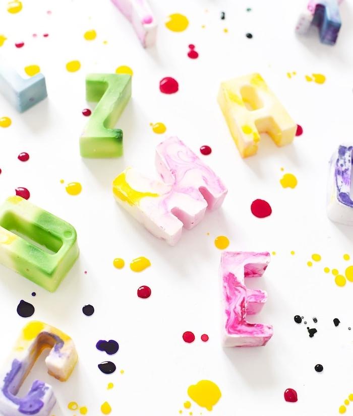 savon fait maison en lettres de base blanche et des couleurs mélangées à effet marbre, activité manuelle adulte simple