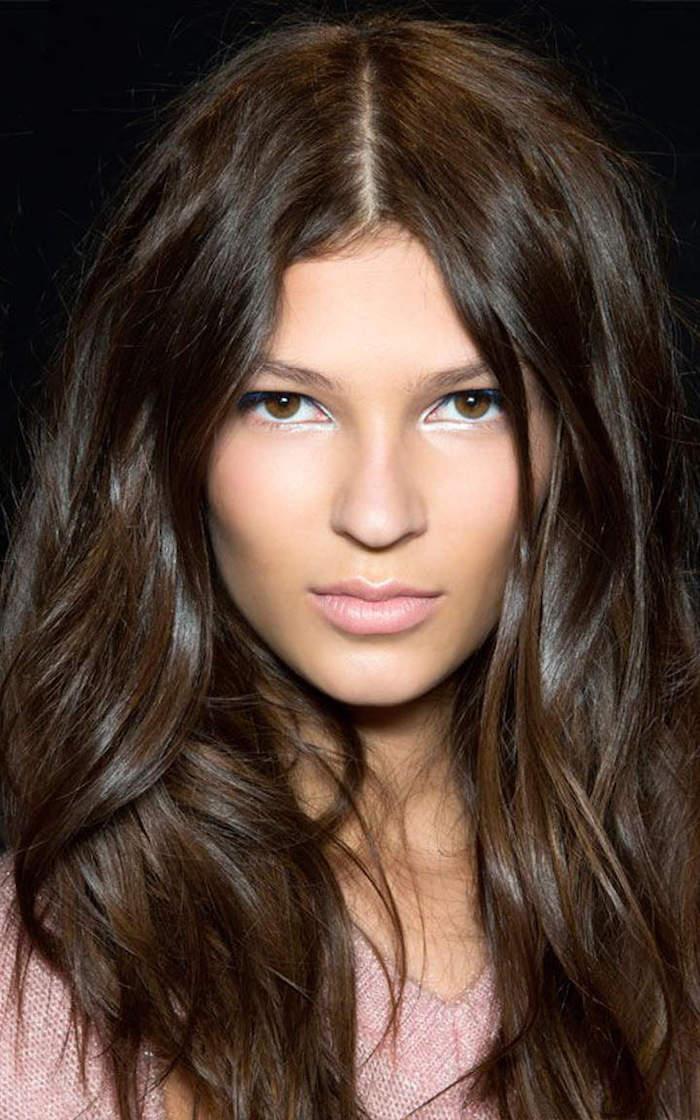 coiffure simple cheveux mi long et couleur marron châtain foncé glacé