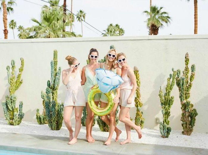 Idee photo enterrement vie de jeune fille faire des photos amusantes photo booth avec gonflable anneau amies pyjama autour de la piscine