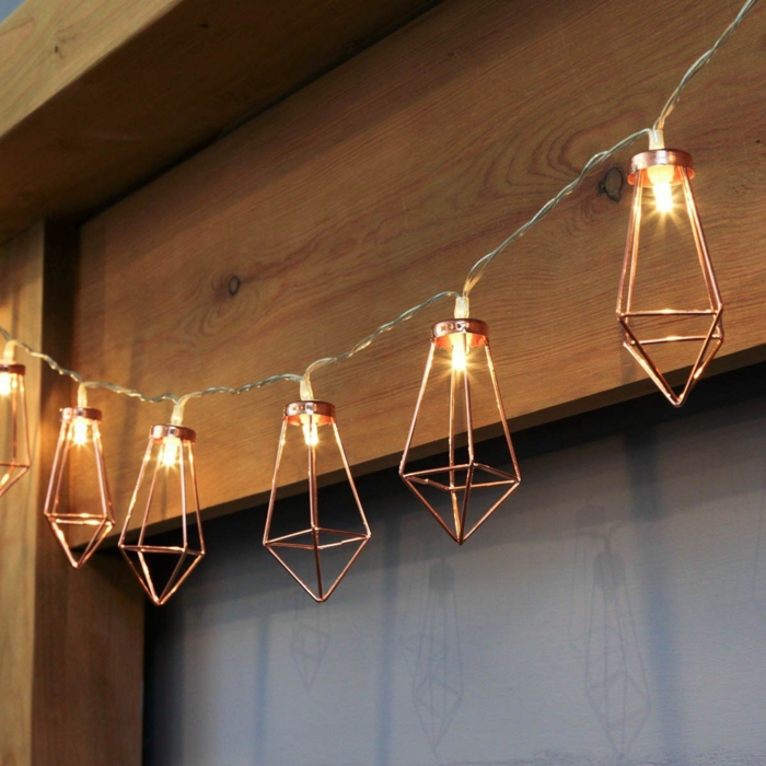décoration murale et plafond avec guirlande aux éléments en métal couleur bronze en forme de cristaux, guirlande lumineuse led, guirlande lumineuse ampoule