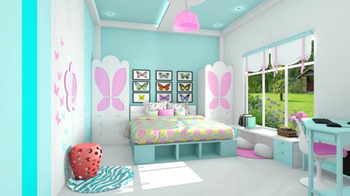 chambre rose et gris, vieux rose, grands papillons comme motifs décoratifs sur les portes des armoires blanches, plafond en bleu turquoise et rose, lit adolescent avec couvertures en nuances pastels