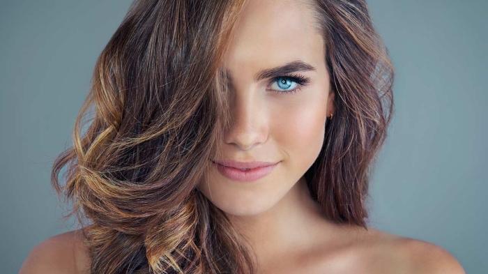 meche sur cheveux chatain, maquillage nude pour yeux bleus avec fond de teint et mascara effet faux cils, coupe de cheveux en couches