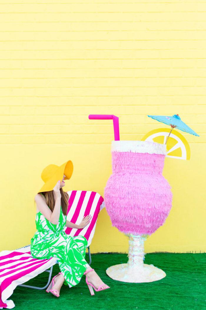 Deco a faire soi meme idée bricolage maison joviale atmosphere deco mignonne piñata géante à la forme de cocktail tropique