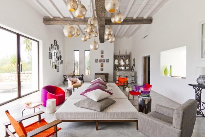 pièce blanche avec déco poutres en plafond bois brut, idée comment créer une atmosphère exotique avec objets ethniques
