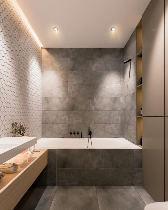 aménager une salle de bain en couleurs neutres avec plafond suspendu blanc et revêtement mural en carrelage blanc
