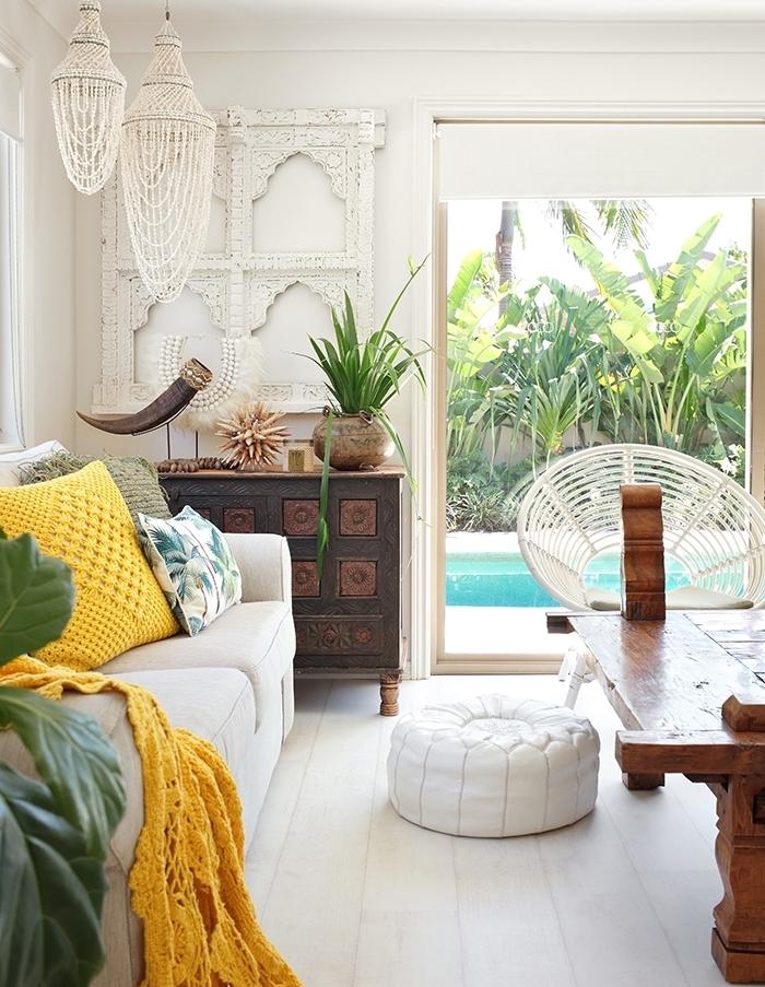 exemple comment aménager un salon avec deco boheme chic, modèle de lustre en cristaux exotiques, chaise ronde blanche