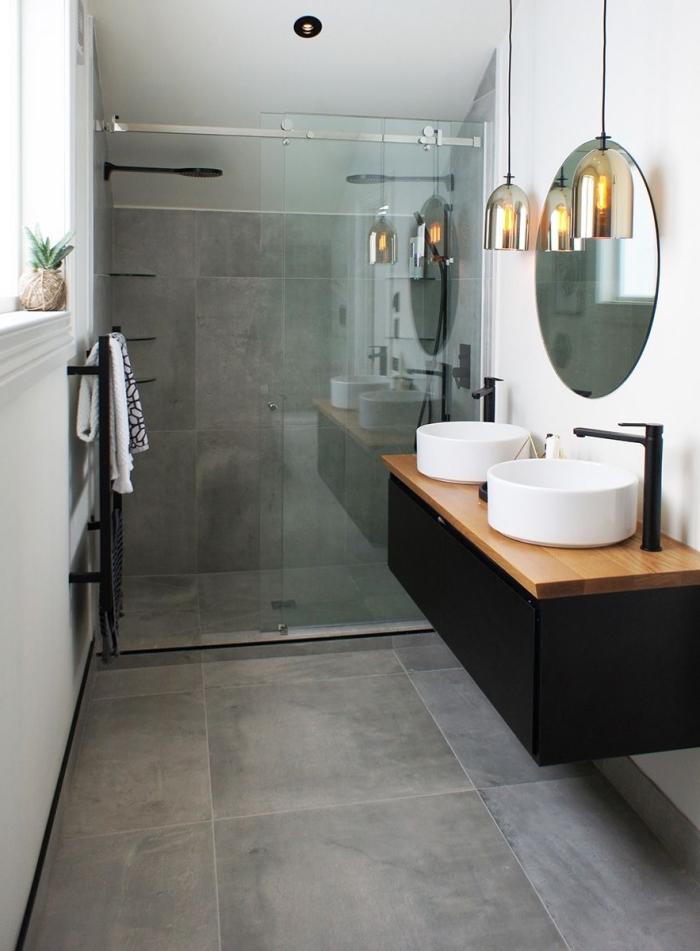 modèle de petite salle de bain avec cabine de douche au carrelage mural et plafond gris avec pan de mur et plafond blanc