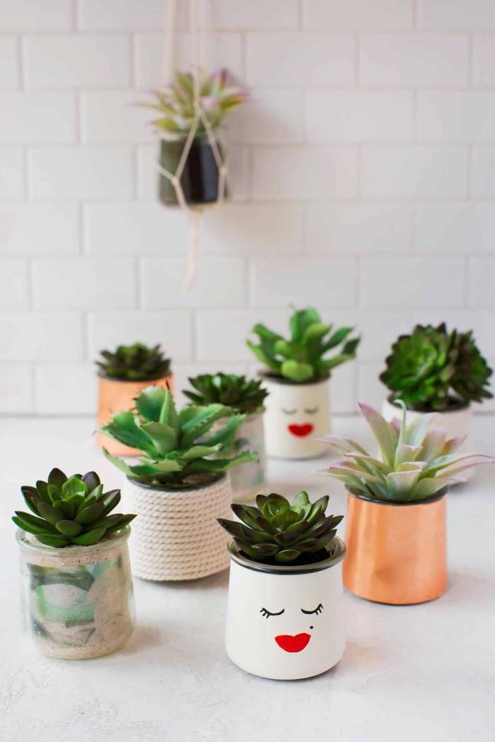 modèles de pots à fleurs personnalisés à design amusant avec peinture blanche et dessin visage en marqueur permanant
