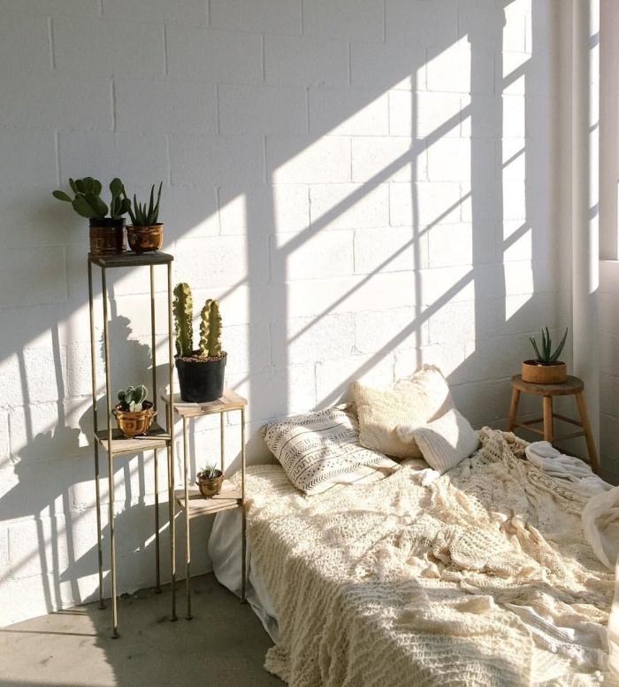modèle de pièce aménagée en style minimaliste et bohème chic avec un lit et petite table de chevet en bois