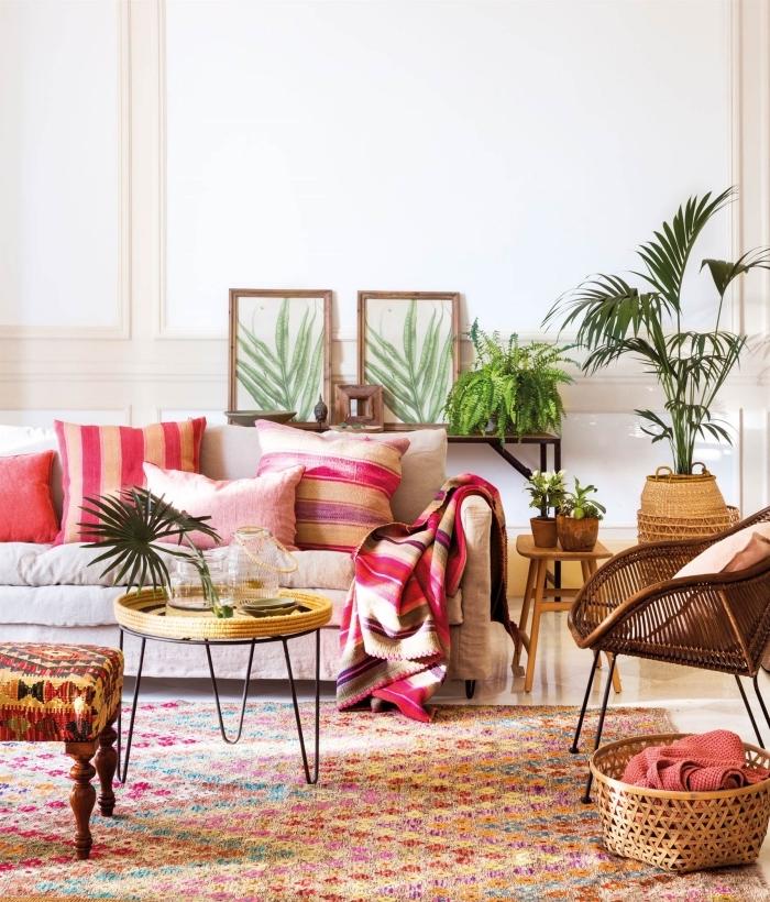 modèle de salon moderne et traditionnel, deco ethnique chic avec meubles de bois et rotin couverts de coussins et plaids colorés